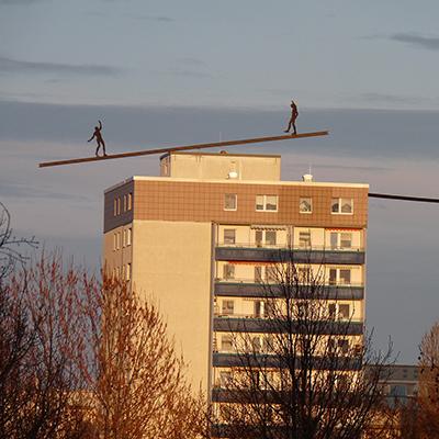 Kfzgutachten Beitragsbild Marzahn-Hellersdorf mit Zwei Balancierende Figuren auf dem Dach